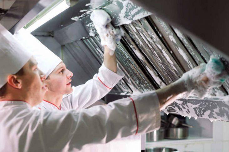 Guida alla pulizia della cappa professionale di un ristorante